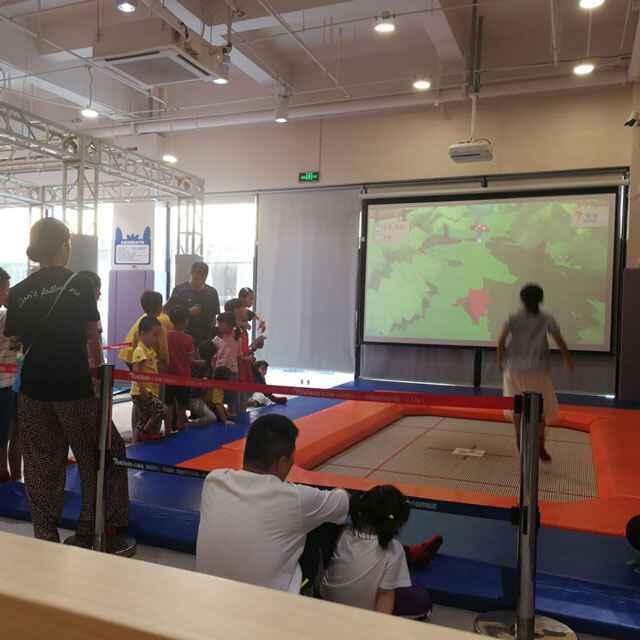 小孩子排队玩蹦床互动游戏