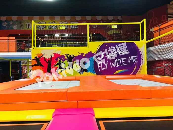 儿童运动蹦床馆