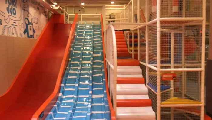 蹦床公园滑梯