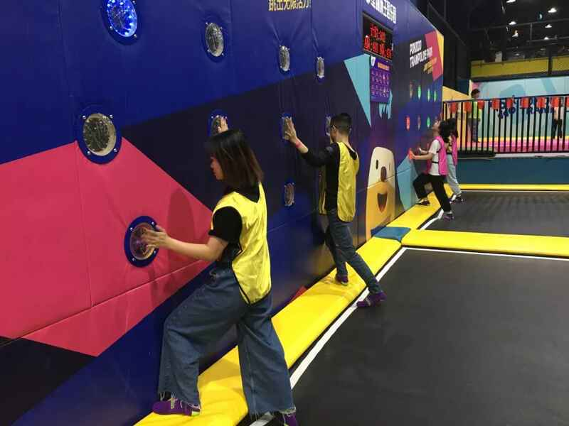 蹦床馆团建活动游戏:疯狂拍拍乐
