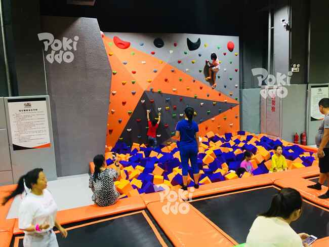 蹦时代蹦床主题公园室内攀岩跳水区