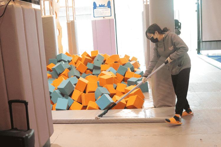 蹦床馆工作人员清扫场地.png