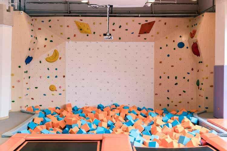 蹦床公园项目竞赛——攀岩接力.jpg
