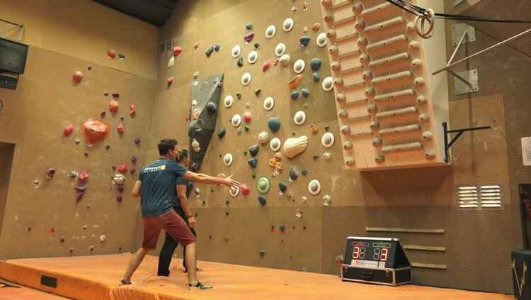 室内乐园智能运动竞技、娱乐设备,压感攀岩墙.jpg