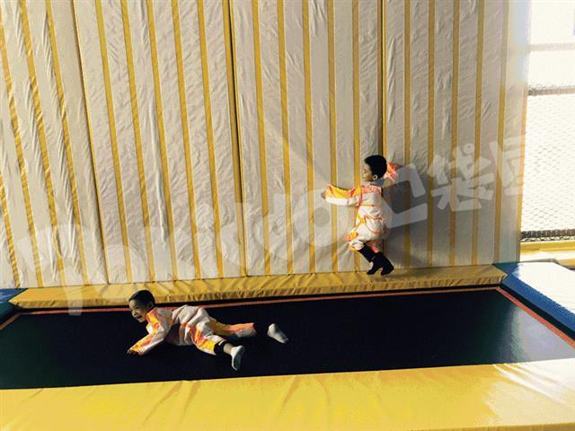 蹦床馆中的网红抖音项目—蹦床粘粘乐蜘蛛墙