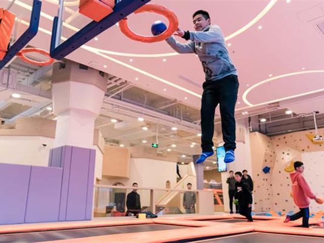 蹦床厂家解析:网红蹦床馆为什么深受广大成人和儿童们的欢迎和喜爱
