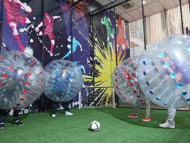 蹦床公园新型有趣项目——泡泡足球