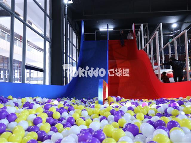 网红魔鬼滑梯——蹦床公园备受欢迎的游乐项目