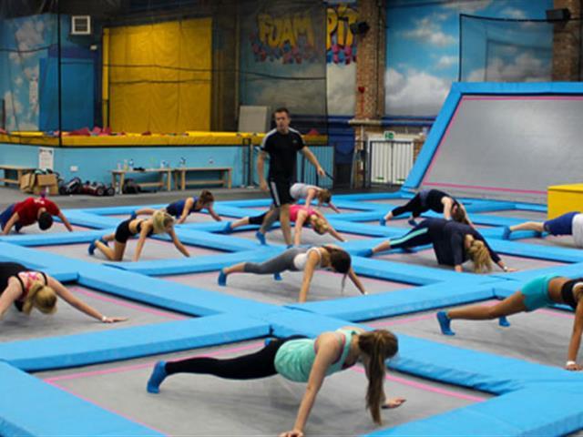 年轻人玩蹦床会不会不好意思玩,蹦床运动是小孩子玩的吗?