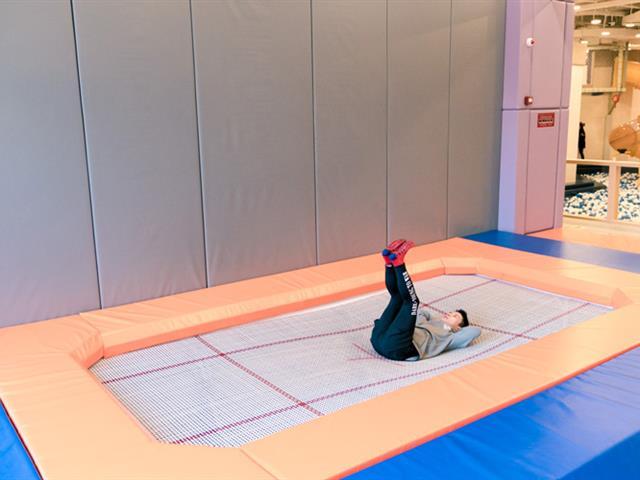 游客在进行蹦床运动时的注意事项