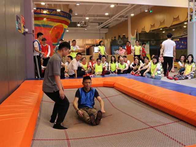 室内蹦床运动安全吗,玩蹦床设备时应该注意什么?